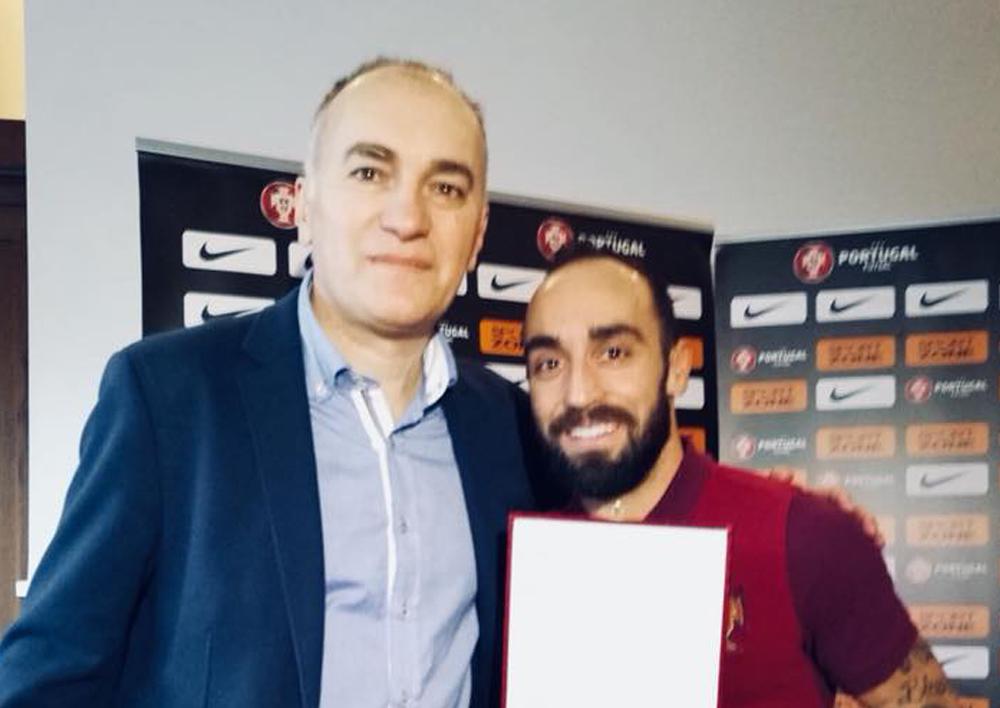 Mico Martic gave FutsalPlanet Best Futsal Player award to Ricardinho!